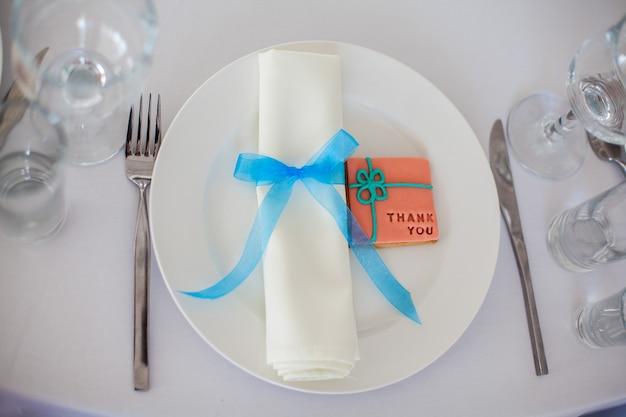 Hochzeitsdekor hochzeitstisch mit einem teller und einer gabel