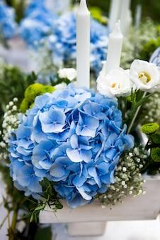 Hochzeitsdekor mit schönen blumen
