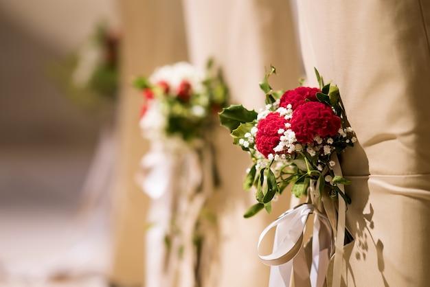 Hochzeitsdekoration auf den stühlen