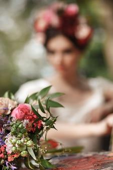 Hochzeitsdekoration im stil von boho, blumenarrangement, dekorierter tisch im garten.