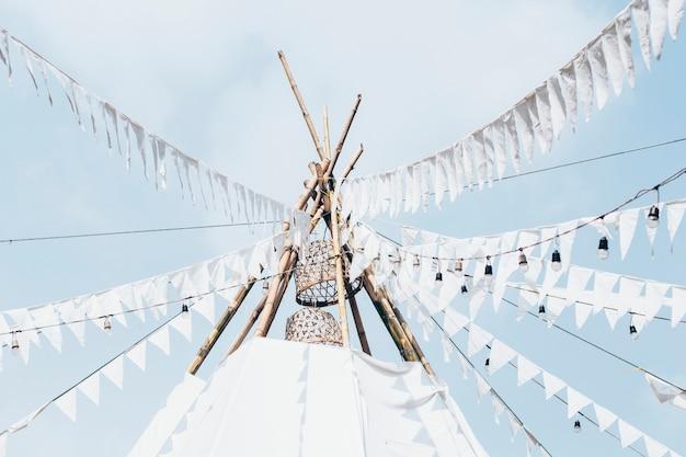 Hochzeitsdekoration/mittelstück/hintergrund-zelt/tipi. weißes hochzeitszelt boho gypsy meditation glamping. zelt weiße flagge bunting banner gypsy national wind stripe wimpel hochzeitsfest dekor flaggen.
