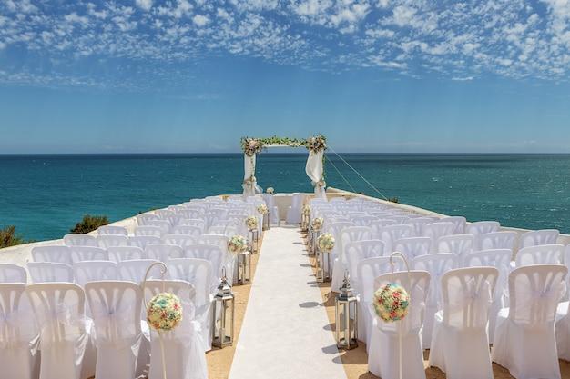 Hochzeitsdekorationen auf einem felsen nossa senhora armacao de pera.