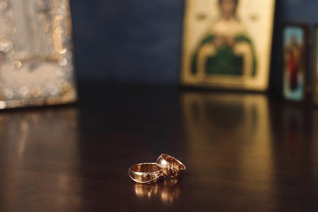 Hochzeitsdetails - eheringe als symbol des glücklichen lebens