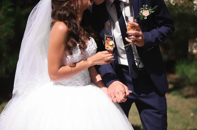 Hochzeitsdetails - hochzeitsringe als symbol des glücklichen lebens