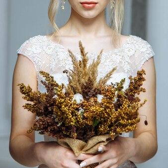 Hochzeitsdetails. nahaufnahmehochzeitsblumenstrauß in den händen der braut