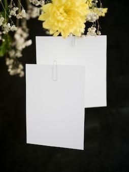 Hochzeitseinladung mit blumen gesetzt