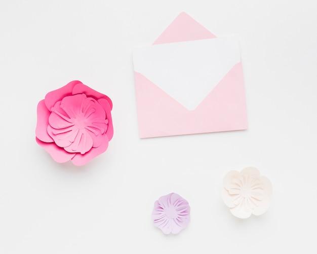 Hochzeitseinladung mit eleganter blumenpapierverzierung