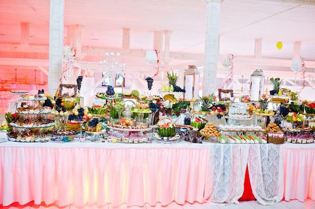 Hochzeitsempfang. tisch mit obst und süßigkeiten