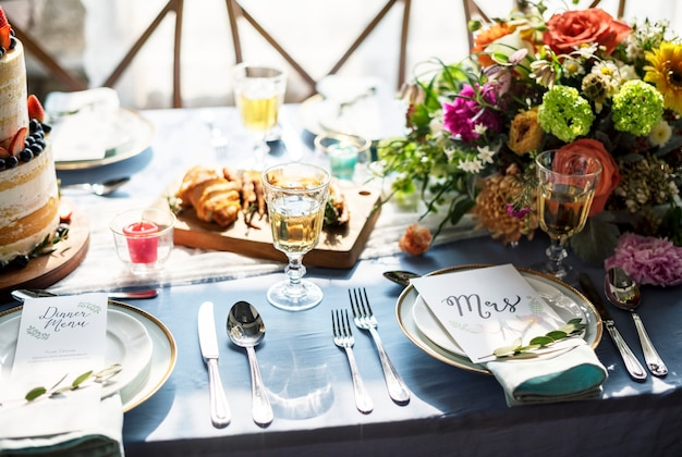 Hochzeitsempfangstabellensetplatte mit menü