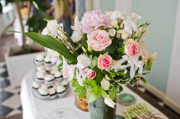 Hochzeitsessen im restaurant, tische mit rosenvasen dekoriert.