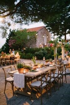 Hochzeitsessen tisch empfang ein holztisch für gäste der hochzeit mit einem raner und dekoriert