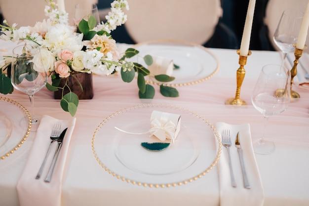 Hochzeitsessen tischempfang nahaufnahme von wildcard mit goldperlen transparenter glasläufer von pink