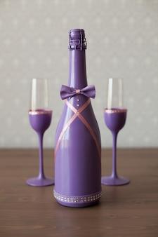 Hochzeitsflasche champagner und zwei gläser auf dem tisch