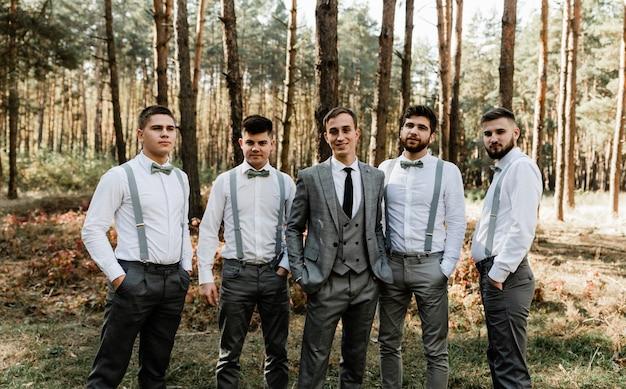 Hochzeitsfoto eines bräutigams mit seinen wunderbaren freunden