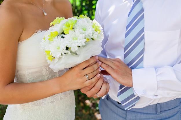 Hochzeitsfoto eines jungen liebespaares, das gerade verheiratet ist