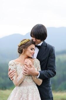 Hochzeitsfoto-shooting für zwei in den bergen.