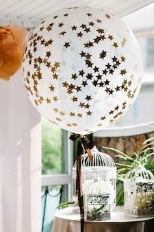 Hochzeitsfotozone mit luftballons und freiem platz.