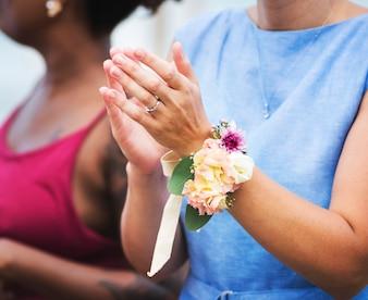 Hochzeitsgäste, die für die Braut und den Bräutigam klatschen