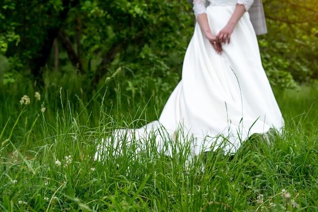 Hochzeitshintergrund, braut in einem weißen kleid auf grünem hintergrund.