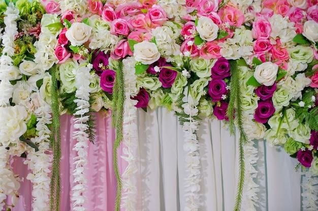 Hochzeitshintergrund, hochzeitsblumendekoration, rosenwand, bunter hintergrund, frische rose, blumenstrauß