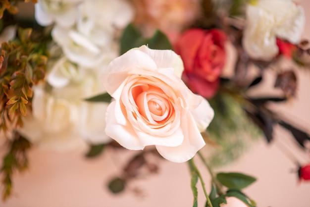 Hochzeitshintergrund mit blumen- und hochzeitsdekoration