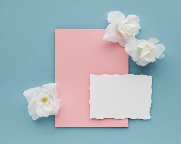 Hochzeitskarte mit blumen auf dem tisch