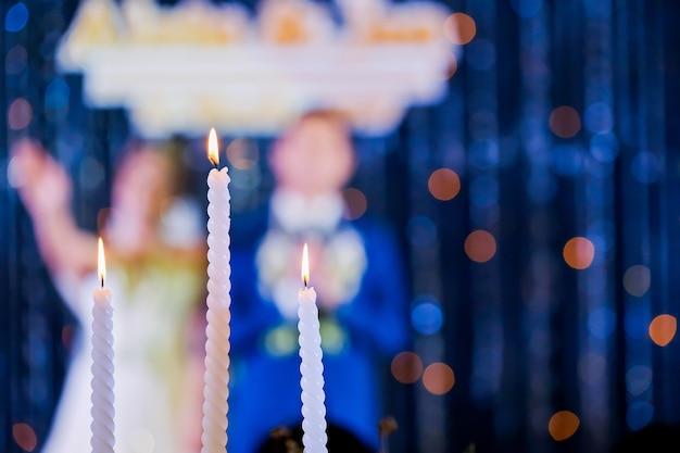 Hochzeitskerze und braut, bräutigam in der zeremonie