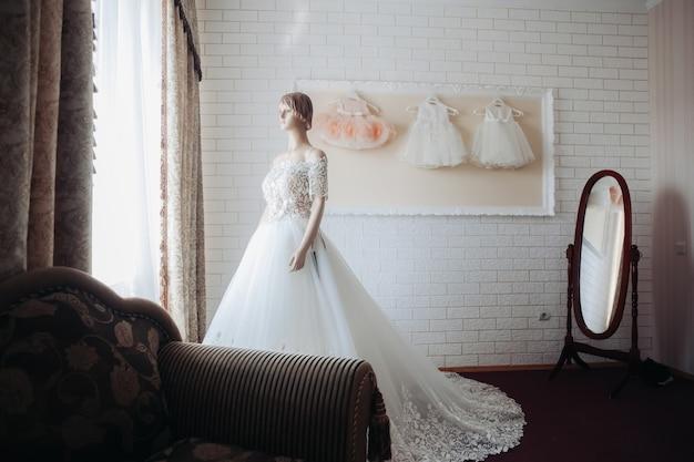Hochzeitskleid auf einer schaufensterpuppe