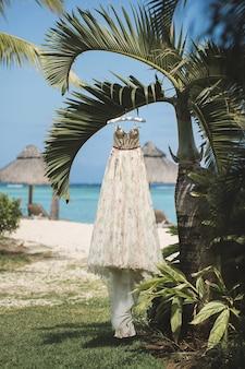 Hochzeitskleid auf palme