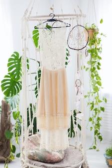 Hochzeitskleid im boho-interieur