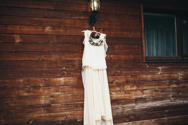 Hochzeitskleid von einem kleiderbügel hängend
