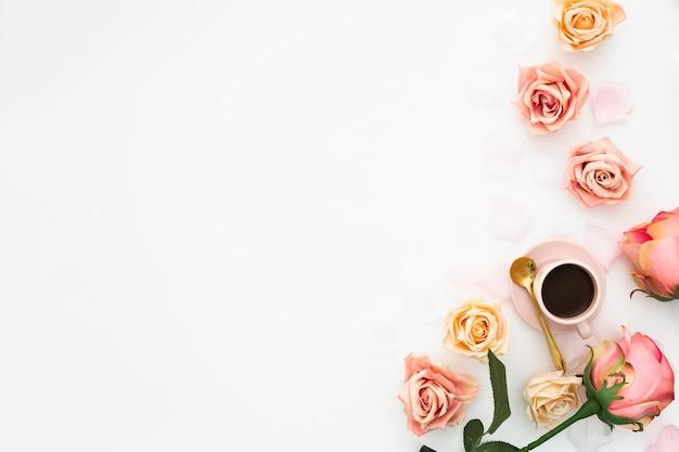 Hochzeitskonzept gemacht mit rosa rosen und tasse kaffee mit kopienraum