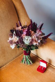 Hochzeitskonzept mit bouquete und ringen. zarte hochzeit bouquete und ringe. verlobungsringe
