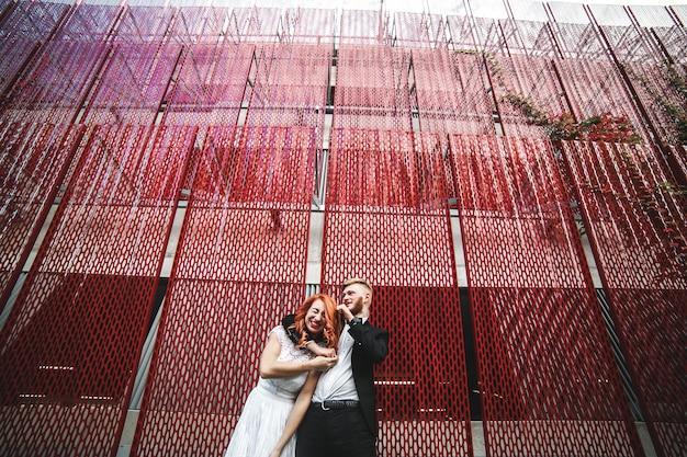Hochzeitspaar auf einem spaziergang in der stadt