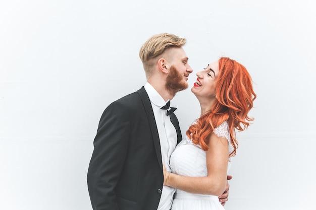 Hochzeitspaar auf einem spaziergang