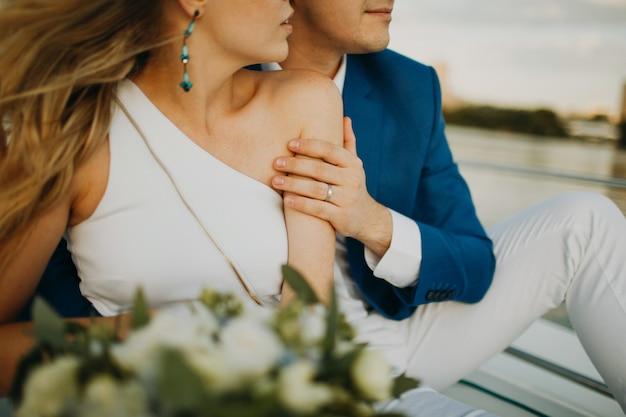 Hochzeitspaar braut und bräutigam zusammen für immer auf yacht.