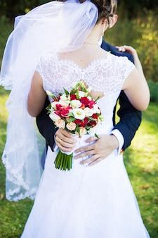 Hochzeitspaar details. kein gesicht, nur körper und hände.