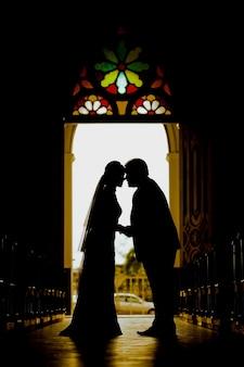 Hochzeitspaar mit dem sonnenuntergang in der zeremonie