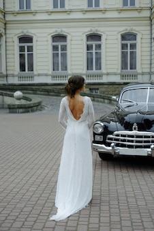 Hochzeitspaar mit hochzeitsauto