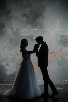 Hochzeitspaar silhouette bräutigam und braut. kunsthochzeitsstil.