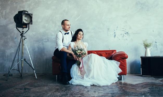 Hochzeitspaar zuhause umarmt sich