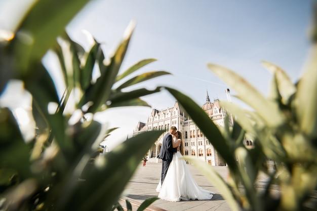 Hochzeitspaare an ihrem hochzeitstag in budapest