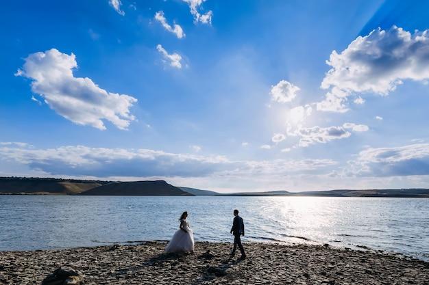 Hochzeitspaartreffen auf einem see in italien während eines sonnigen tages