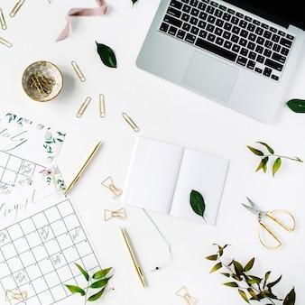 Hochzeitsplaner zeitplan kalender mit aquarell, laptop, notizbuch und zubehör gemalt