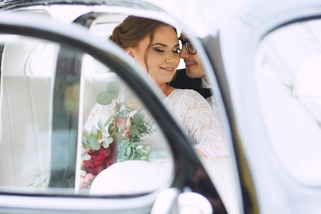 Hochzeitsporträt eines liebevollen glücklichen paars