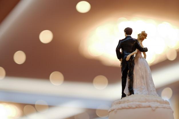 Hochzeitspuppenkuchen, liebespaar, glückliches konzept, hochzeitstorte