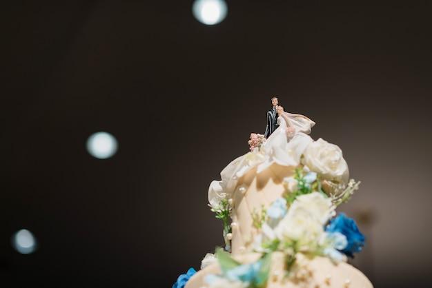 Hochzeitspuppenkuchen, liebespaar, teddybär auf hochzeitstorte