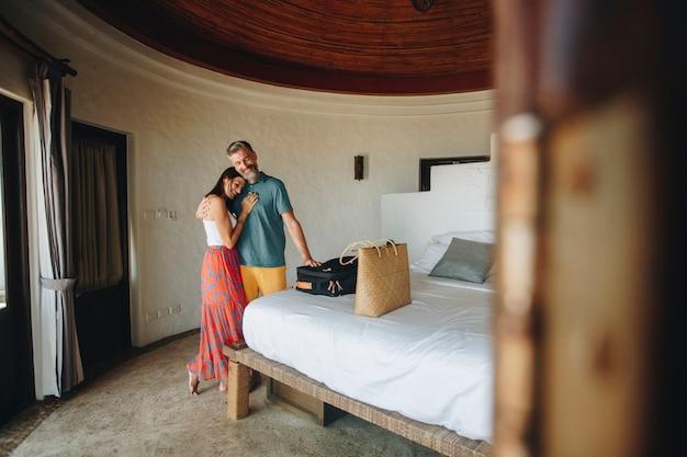 Hochzeitsreisende, die in ein hotelzimmer einchecken