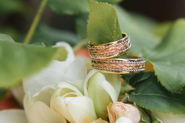 Hochzeitsringe auf blumenblumenstrauß