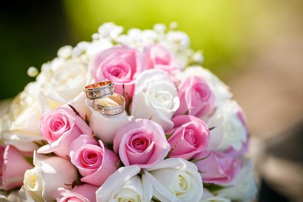 Hochzeitsringe auf dem hochzeitsblumenstrauß